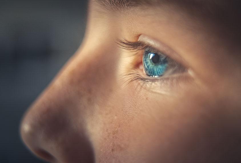 孩子特写镜头外形与焦点的在眼睛。