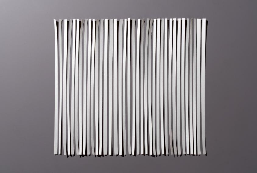 一张纸被切成碎片,然后重新排列成原来的形状。